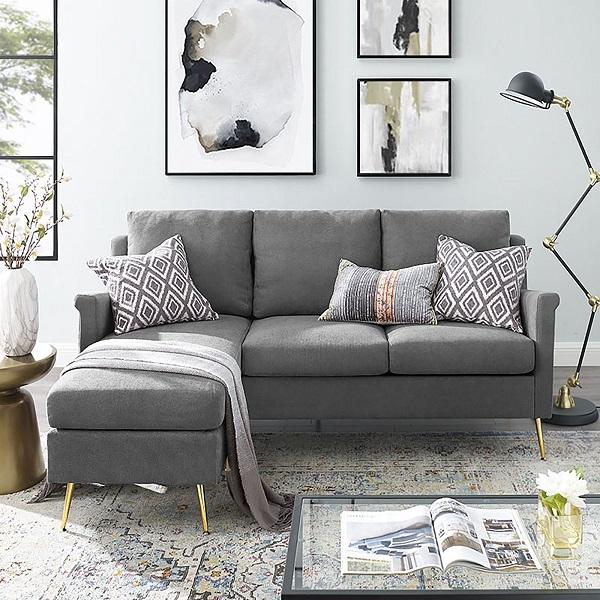 Chân ghế kim loại mạ vàng nâng cao không chỉ giúp mẫu ghế sofa góc 2m2 này trông thanh cảnh, sang trọng hơn mà còn giúp giảm bụi bẩn từ sàn nhà bên dưới lên sofa