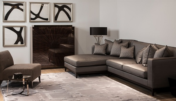 Những chiếc gối tựa màu ghi họa tiết nhỏ góp phần làm nên vẻ đẹp tinh tế và tạo ra sự đồng điệu, tôn lên sự sang trọng mẫu sofa góc 2m2