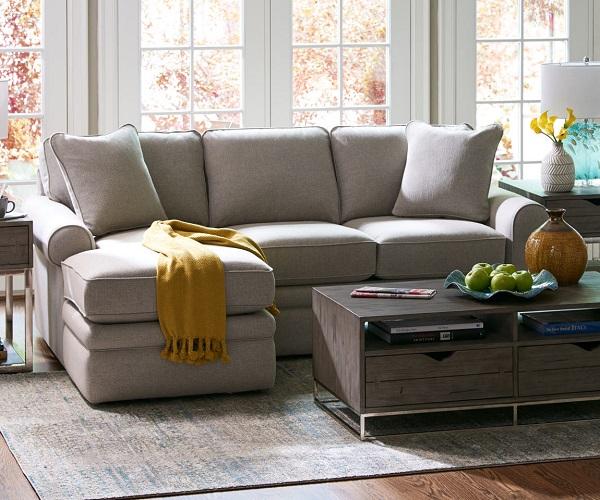 Với 3 tầng đệm cùng thiết kế sát sàn, mẫu sofa góc 2m2 này hứa hẹn sẽ là chỗ ngồi vững chãi và êm ái cho quan khách