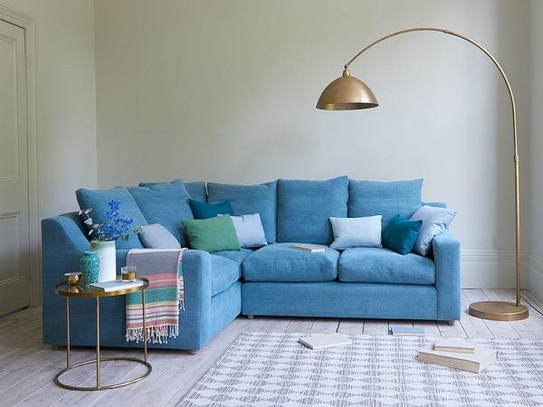 Tay vịn uốn lượn mềm mại tạo nên vẻ đẹp duyên dáng của sofa và mang lại cảm giác thoải mái cho người dùng khi tựa vào
