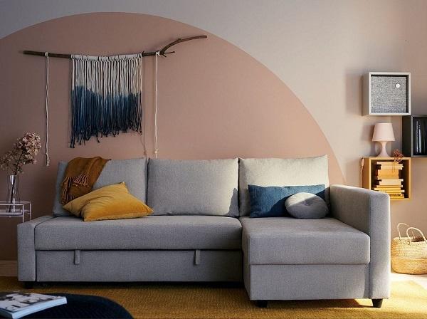 """Chỉ cần cầm hai đầu dây giữa đệm ngồi và kéo khung dưới ra là bạn có thể """"hô biến"""" mẫu ghế sofa góc 2m2 này thành một chiếc giường lớn tiện dụng"""