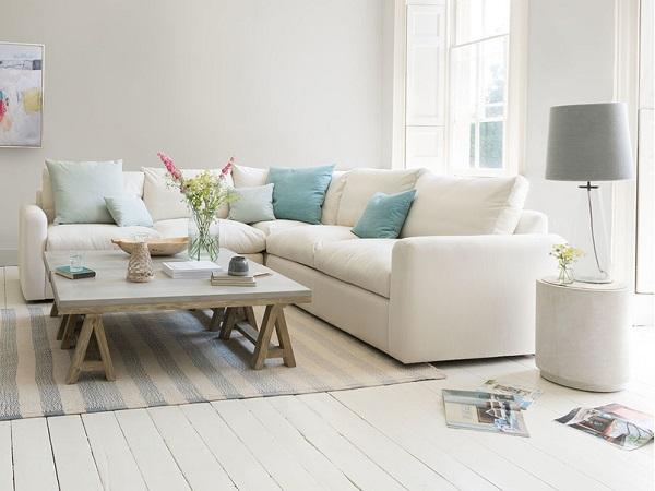 Những chiếc gối ôm nhỏ màu xanh da trời nhạt giúp cho ghế sofa góc V 2m2 không bị nhạt nhòa và vẫn đảm bảo vẻ đẹp nhẹ nhàng, hài hòa