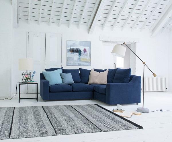 Mẫu sofa góc chữ V màu xanh hải quân tạo điểm nhấn độc đáo cho không gian có diện tích vừa phải.
