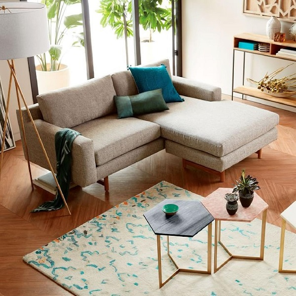 Chân ghế tiện tròn, màu cam nổi bật, có sự kết nối giữa các thanh tạo nên sự vững chãi và nổi bật cho sofa góc 2m2