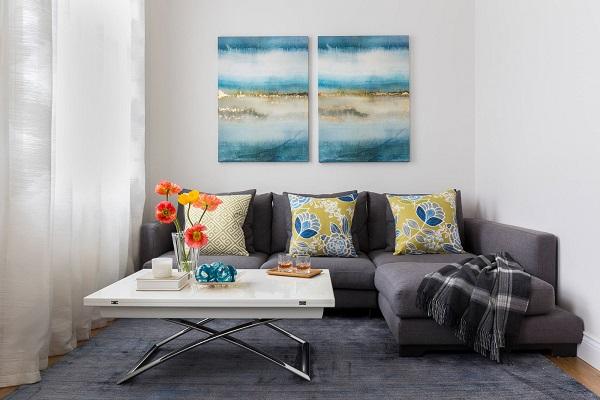 Chân gỗ đen tạo nên sự hài hòa, đồng bộ với phần nệm ghế sofa ở trên và tạo cảm giác sạch sẽ hơn