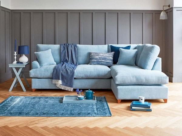 Chân gỗ màu cam thấp chỉ đủ nâng phần đệm ghế cho cách mặt sàn một khoảng cách nhất định vừa có tác dụng nâng đỡ vừa tạo thành điểm nhấn và mang đến vẻ đẹp tự nhiên trong căn phòng