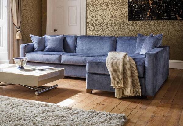 Sắc xanh cô ban nổi bật của sofa góc trở thành điểm nhấn nổi bật của không gian phòng khách ấm áp.