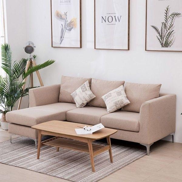 Bạn có thể kết hợp sofa với một chiếc bàn cà phê nhỏ để tạo nên một góc thư giãn cực chill cho chính mình.