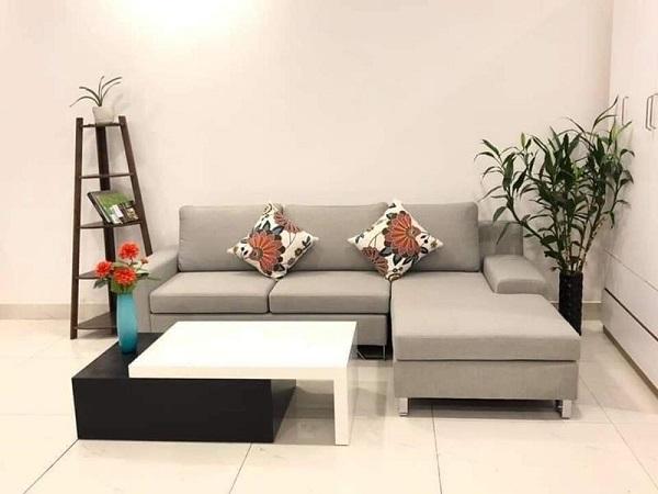 Bạn có thể trang hoàng phòng khách bằng những chậu cây, lọ hoa để tăng vẻ đẹp xanh cho không gian sống.