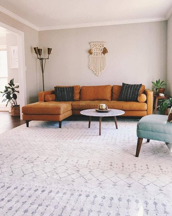 Bạn có thể kết hợp sofa góc chữ L với bàn tròn và thảm trải sàn để mang lại hiệu quả thẩm mỹ cao nhất.