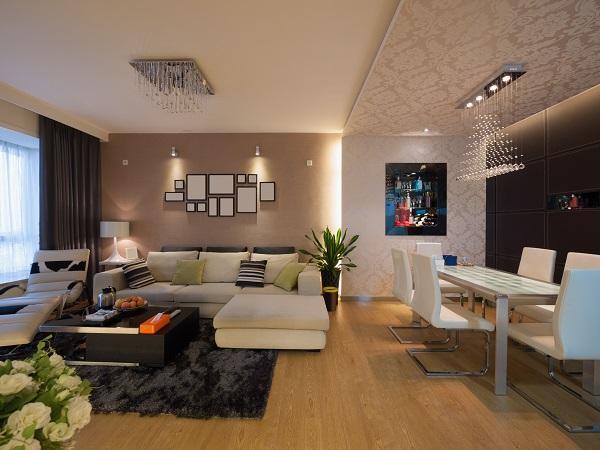 Sofa góc chữ L trở thành điểm nhấn cuốn hút, nổi bật trong một không gian phòng khách ấm cúng và lung linh.