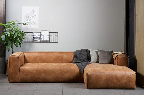 Sofa góc chữ L được kê sát mép tường, giúp tiết kiệm tối đa không gian sống cho gia đình bạn.