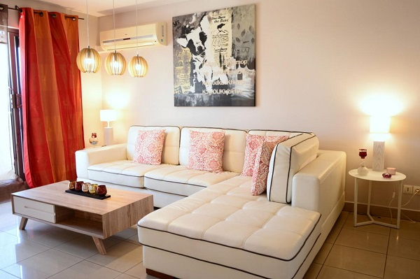 Với kích thước vừa phải, sofa góc chữ L mang lại một không gian phòng khách hài hòa, ấn tượng.