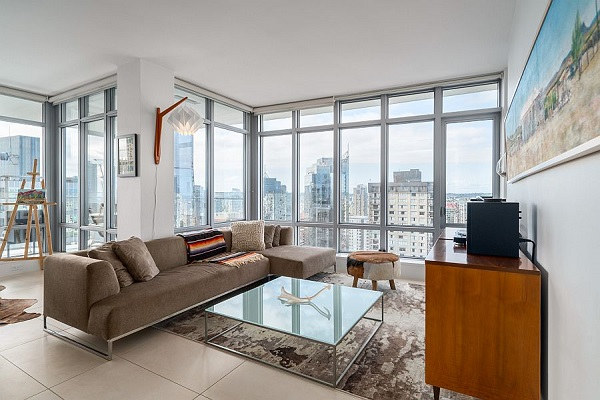 Nhờ chất liệu nỉ nhung mềm mại, mượt mà mà không gian phòng khách trở quý phái hơn bao giờ hết. Chính vì vậy mà mẫu sofa góc 3m này không chỉ phù hợp với kiểu kiến trúc hiện đại mà còn phù hợp với phong cách cổ điển