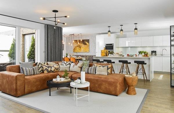 Thêm một mẫu sofa bằng chất liệu da với nệm mút cực dày đem lại cảm giác êm ái khi sử dụng. Nổi bật với màu da bò thời thượng cùng những đường vân đẹp mắt, chiếc sofa này có thể kết hợp dễ dàng với những món đồ nội thất trong phòng khách.