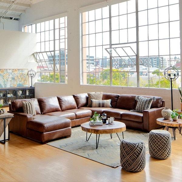 Nhằm đem đến sự thoải mái, êm ái nhất khi sử dụng, mẫu sofa này được thiết kế theo hình chữ U, ghi điểm nhờ phần đệm dày dặn, màu da bò sang trọng rất dễ để kết hợp với những đồ nội thất khác trong phòng khách