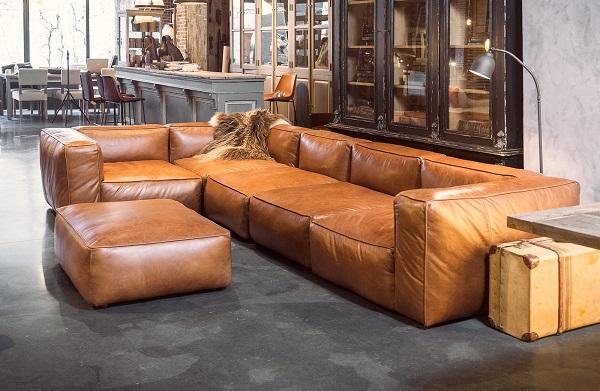 Sofa góc 3m này nổi bật với thiết kế vuông vức, phần tựa lưng và tay vịn dày dặn giúp người ngồi có tư thế ngồi thoải mái và kê tay dễ dàng hơn. Chất liệu da cao cấp cùng màu nâu sáng với các vân tự nhiên giúp tô điểm thêm cho không gian phòng khách