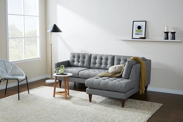 Chân ghế tuy khá cao và mỏng nhưng lại rất vững chãi, giúp giữ thăng bằng và duy trì độ bền của sản phẩm.