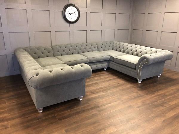 Mẫu sofa này với chân ghế tuy thấp nhưng lực đỡ rất lớn, mang lại cảm giác vững chãi và giữ vững độ bền cho sản phẩm.