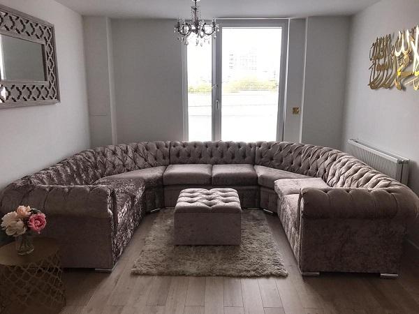 Với phần lưng ghế hình thoi lõm, tạo cảm giác thư thái, thong thả cho người sử dụng. Thiết kế tuy đơn giản nhưng dòng ghế sofa chữ U này có thể thích nghi với bất kỳ phòng ốc mang xu hướng cổ điển nào.