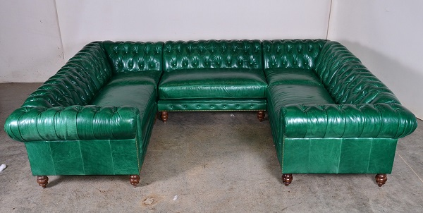 Chân ghế được làm bằng gỗ càng tăng thêm vẻ cổ điển, có thể đặt tại các gian phòng hiện đại. Mẫu sofa chữ U này làm tăng tính sang trọng cho căn nhà của gia chủ.