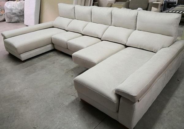 Thiết kế giấu chân đặc biệt cùng vải nỉ nhung màu trắng phong phú, đây sẽ là mẫu sofa với sự lựa chọn đúng đắn cho những không gian phòng khách hoặc văn phòng tiếp khách.