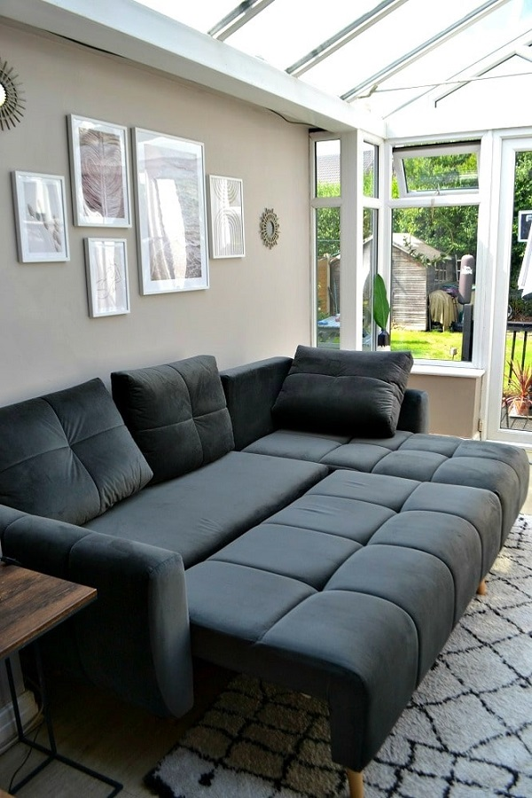 Phần đệm ghế có thể dễ dàng kéo ra kết hợp với phần lưng hạ xuống tạo thành một chiếc giường nhung êm mềm, thoải mái, bề thế cho người dùng