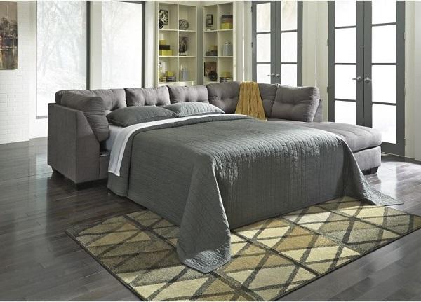 Với thiết kế linh hoạt, có thể kéo đệm sofa ra thành một chiếc giường ngủ vừa phải, mẫu sofa này sẽ tăng tính tiện ích cho không gian sống của bạn