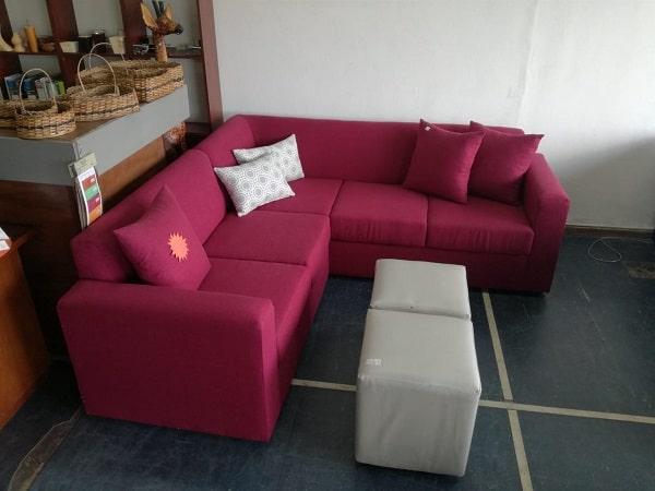 Đơn giản, hiện đại, nổi bật là tất cả những gì được dùng để nói về mẫu sofa góc màu đỏ này