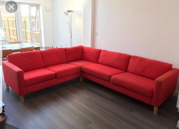 Mẫu sofa góc màu đỏ tươi này phù hợp với không gian phòng trẻ trung, tươi sáng