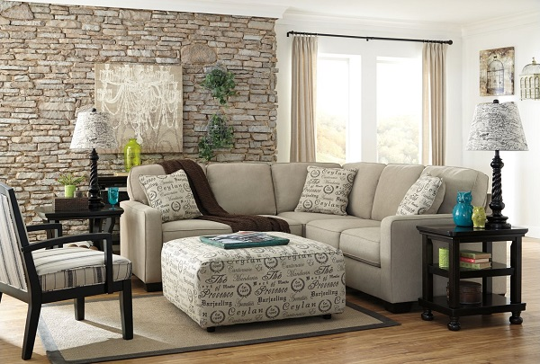 Hình dáng chữ V của sofa góc cùng những chiếc gối tựa quây tròn giúp căn phòng khách nhỏ giàu tính thẩm mỹ hơn và buổi nói chuyện càng thêm gần gũi, thoải mái