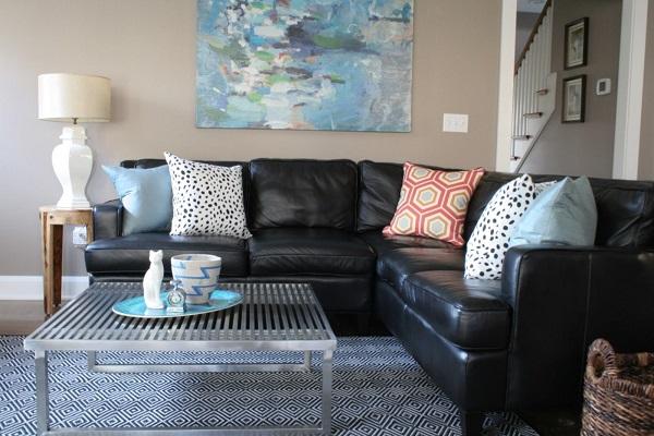 Chất liệu da đen bóng không chỉ giúp góc căn phòng khách nhỏ thêm sang trọng mà còn giúp cho người dùng dễ vệ sinh, lau chùi và ghế sofa thì trông luôn như mới