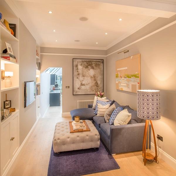 Một chiếc ghế sofa màu xanh ghi nhỏ gọn sẽ dễ dàng kết hợp với một chiếc bàn sofa chữ nhật nhấn nút tinh tế để tạo thành góc tiếp khách giàu tính thẩm mỹ mà vẫn có khoảng cách để tạo ra lối đi