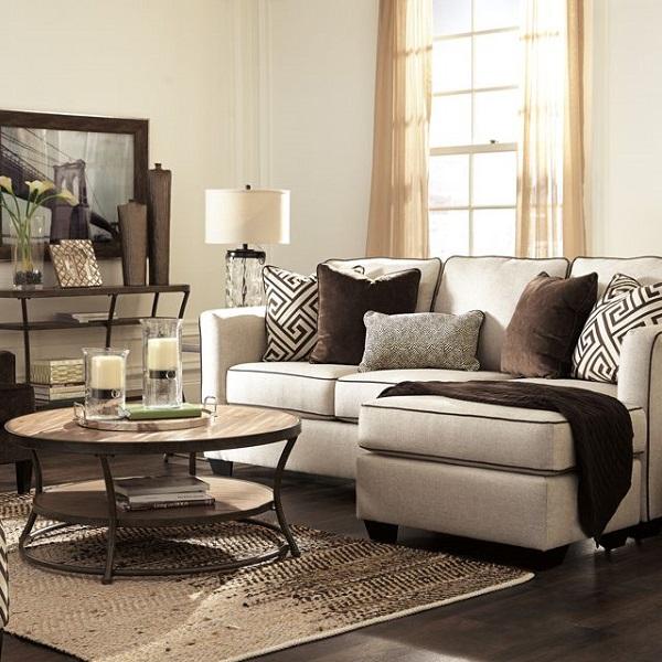 Đệm dày với hai tầng lớp đệm cùng chân gỗ sơn đen to bản giúp mẫu ghế sofa này thêm vững chãi và trông bề thế hơn trong phòng khách nhỏ