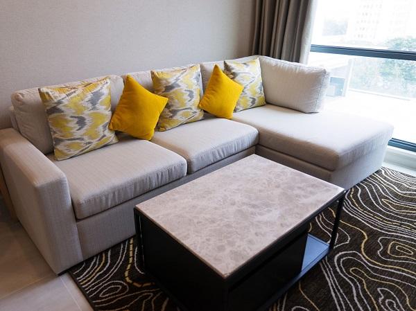 Phần đệm dày êm ái kết hợp vải bọc màu ghi sáng sang trọng, mềm mại giúp người dùng có chỗ ngồi thoải mái nhất dù đang trong phòng khách nhỏ