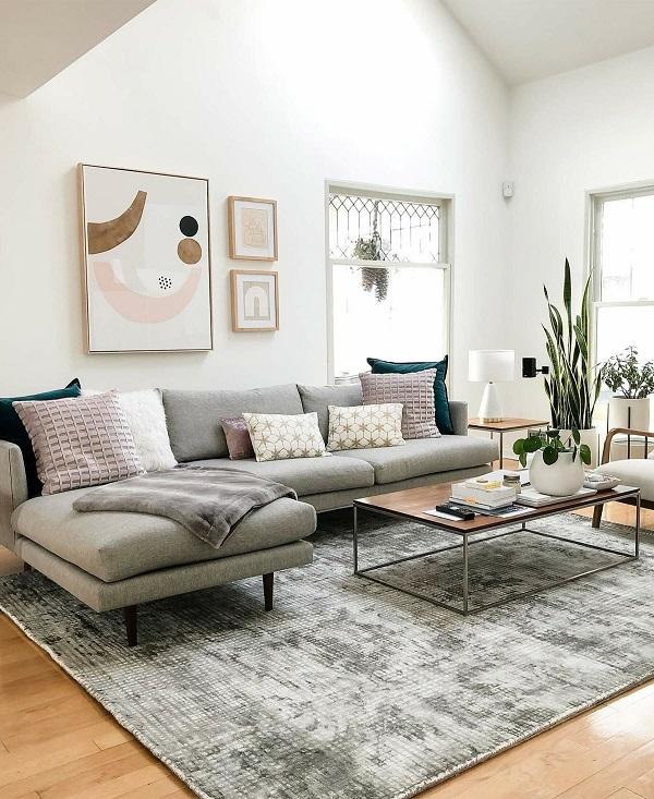 Chân ghế gỗ nhỏ sơn đen nổi bật giúp cho mẫu ghế sofa góc L thêm thanh cảnh và càng thích hợp với những ăn phòng khách nhỏ