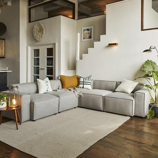 Mỗi mô đun ghế sofa là sự kết hợp hoàn hảo giữa đệm mút êm mềm, dày dặn, vải bố bọc phẳng phiu, chắc chắn, màu xám nhạt nền nã vừa có tính thẩm mỹ cao vừa mang lại cảm giác thoải mái cho người dùng