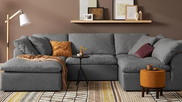 Lớp vải bố dày dặn, dễ vệ sinh cùng tông màu xám khó lộ vết bẩn giúp mẫu sofa góc chữ U này luôn mới trong mắt người nhìn