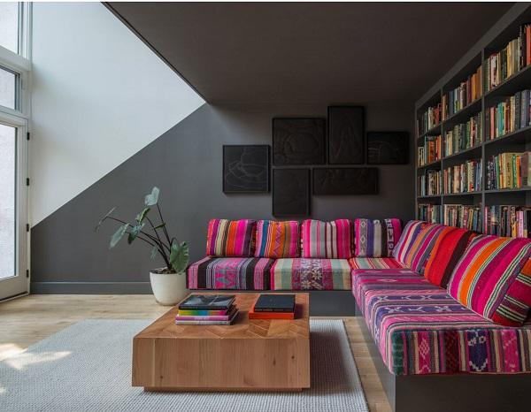 Với sự kết hợp của 18 mẫu vải bố Peru cổ điển khác nhau, mẫu sofa góc L này trông như một bức tranh nghệ thuật nhiều màu sắc, vui nhộn, sống động
