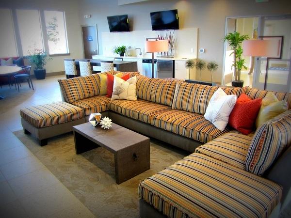 Thiết kế hình chữ U cùng hai phần ghế hai bên không tựa, di chuyển được với sọc kẻ đa dạng giúp mẫu sofa góc này linh hoạt hơn và giúp góc phòng khách thêm ấm áp, nổi bật