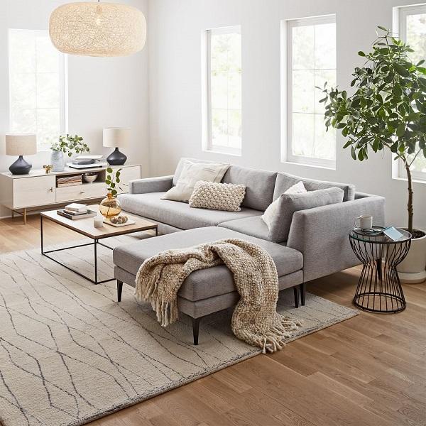 Vải bố dày dặn, lên dáng đẹp khi kết hợp với sắc xám nhạt thanh nhã mang đến vẻ đẹp thanh lịch, hiện đại đến cho mẫu ghế sofa