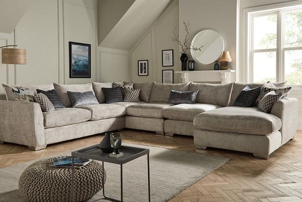 Những chiếc gối trang trí màu xám nhiều sắc độ, phối nhiều họa tiết khác nhau tạo nên ấn tượng riêng khác biệt cho sofa và góc phòng khách
