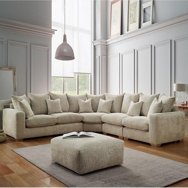 Với thiết kế góc vừa khít căn phòng khách, mẫu ghế sofa góc vải bố này giúp gia chủ tiết kiệm diện tích khá nhiều mà chẳng lo trẻ em chơi đùa, va chạm vào vị trí góc