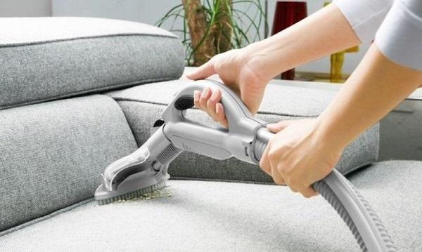 Cần hút hết bụi bẩn của sofa bằng máy hút bụi trước khi làm sạch lớp vải bố bọc