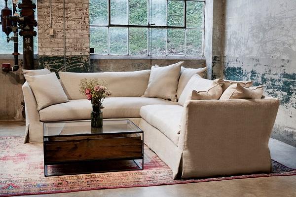 Lớp vải bố dày dặn giúp sofa góc V luôn đứng dáng, toát lên vẻ đẹp trang nhã của mình và dễ làm sạch mỗi khi bám bụi