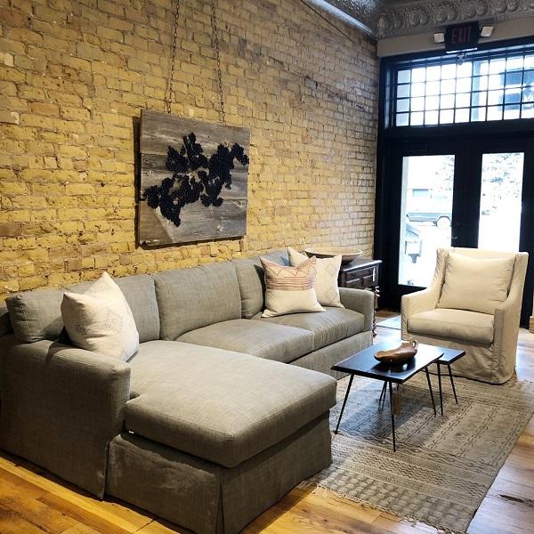 Sắc xám nhẹ nhàng, trung tính cùng chất liệu vải bố ấm áp về mùa đông, mát mẻ về mùa hè giúp cho mẫu sofa này thích hợp với cả mùa đông và mùa hè
