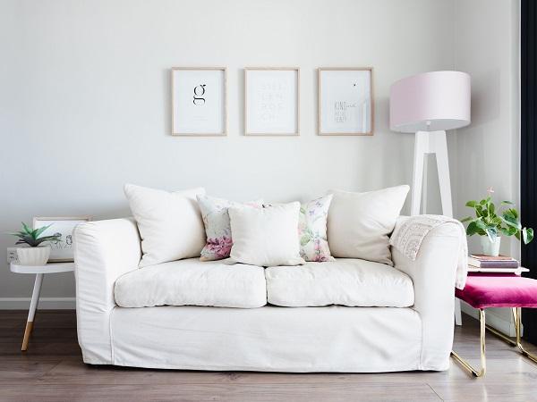 Sự tinh khôi, mới mẻ mà chiếc sofa văng 1m6 màu trắng đem lại sẽ gây ấn tượng từ cái nhìn đầu tiên. Những mẫu sofa văng màu trắng phù hợp nhất với phong cách Bắc Âu, khi kết hợp cùng tông màu tươi sáng, tạo nên vẻ phóng khoáng, dễ chịu cho căn nhà.