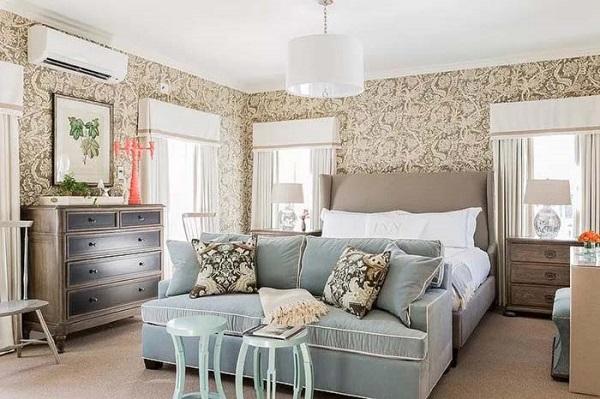 Một chiếc sofa văng với màu sắc nhã nhặn và kiểu dáng phù hợp với phong cách tân cổ điển là một lựa chọn tuyệt vời cho không gian phòng ngủ.