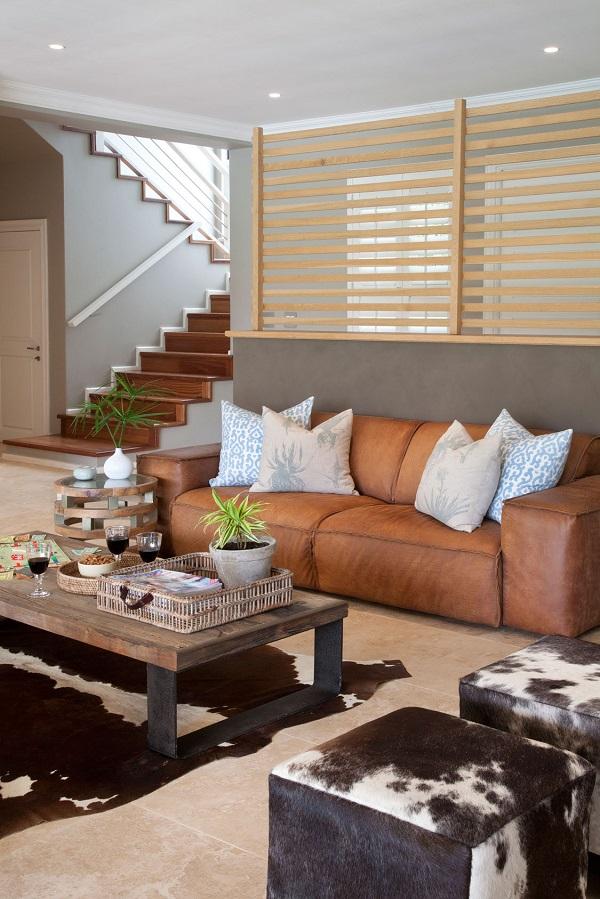 Bạn có thể kết hợp sofa da trơn với những họa tiết cá tính để tạo nên sức hút ấn tượng cho không gian.