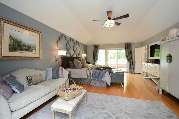 Sofa được kê sát mép tường không tốn diện tích và gây cảm giác chật chội, vướng víu cho không gian.